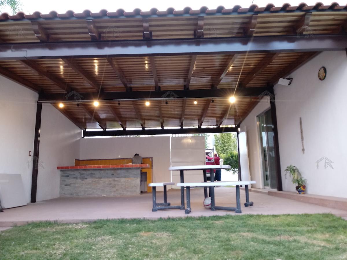 Techo-Madera-Acero-Viga-Teja-Patio-Jardin-Poste-Iluminacion_01.jpg
